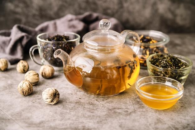 Teekanne und tassen mit walnüssen hohe sicht