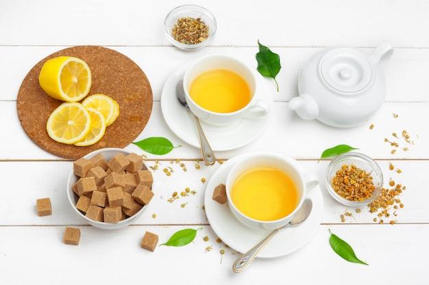 Teekanne und tassen tee