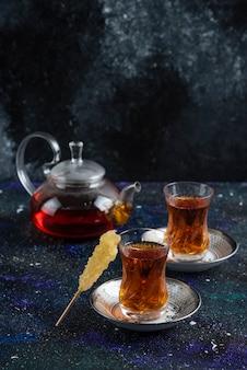 Teekanne und zwei glastee