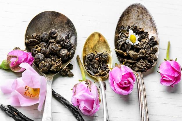 Teelöffel mit teeblättern