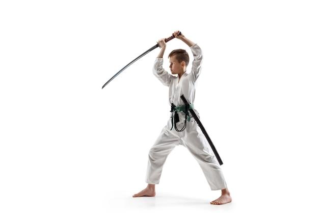 Teen boy, der am aikido-training in der kampfkunstschule kämpft