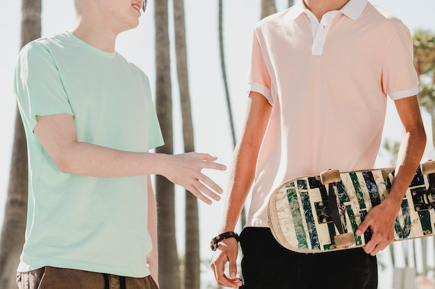 Teen boys hängen rum, sommertage in venice beach, los angeles