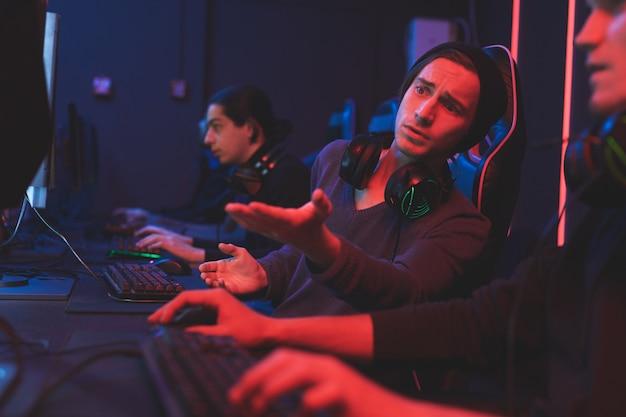 Teen, der freund über computerspiel berät