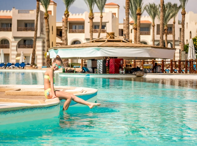 Teen entspannt auf der poolseite