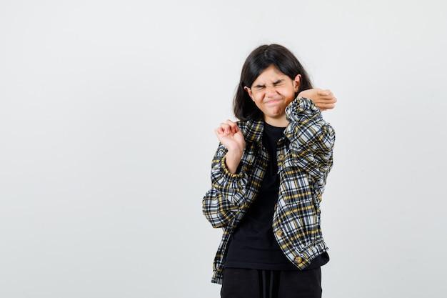 Teen girl händchen haltend in der nähe von gesicht in freizeithemd und suchen schmerzhaft, vorderansicht.