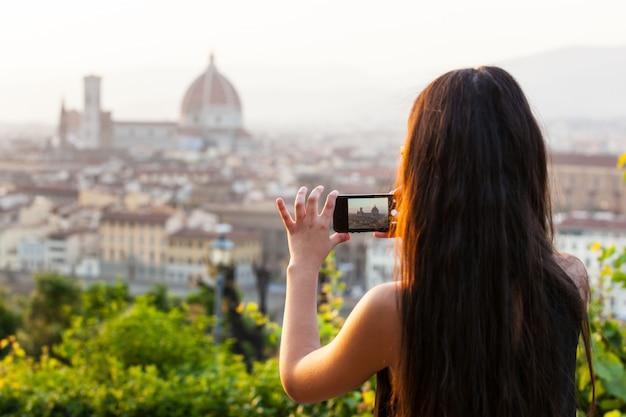 Teen in florenz macht ein foto am panorama.