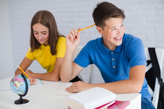 Teen junge spaß am unterricht