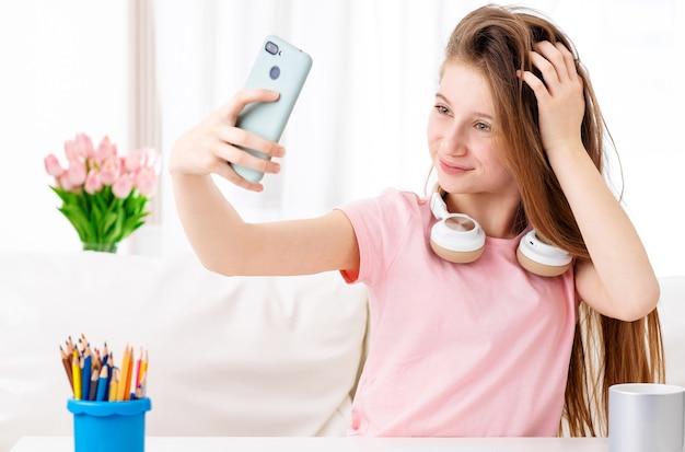 Teen macht in den pausen ein selfie mit coolen kopfhörern