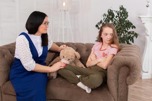 Teen mädchen an der rezeption beim psychotherapeuten. psychotherapie für kinder. der psychologe arbeitet mit dem patienten