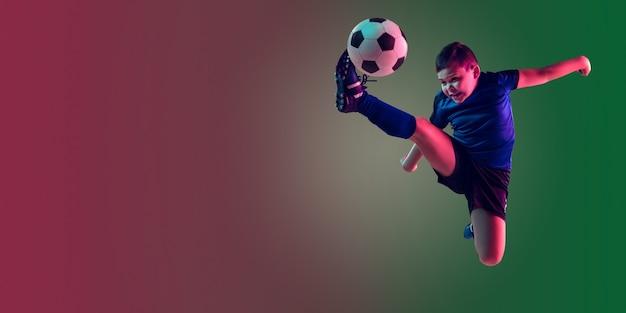 Teen männlicher fußball- oder fußballspieler, junge