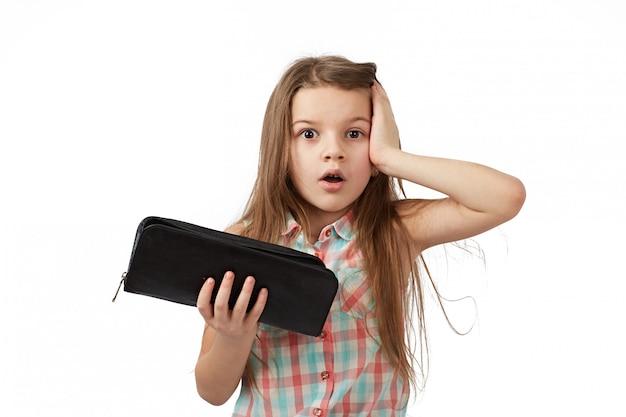 Teen mit leerer brieftasche. junge frau zeigt ihre leere geldbörse. konkurs