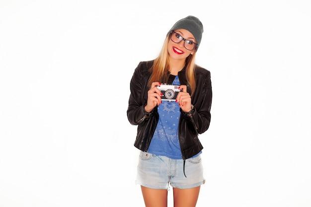 Teen mit schwarzer jacke spielt mit ihrer kamera