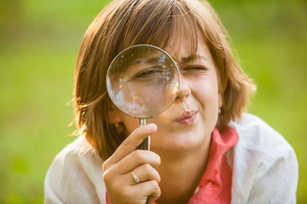 Teen nutzt lupe, um die natur zu entdecken