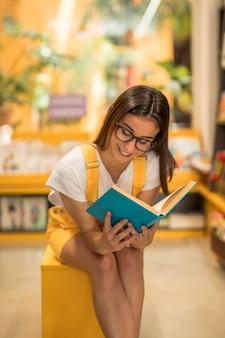 Teen schülerin aufmerksam zu lesen