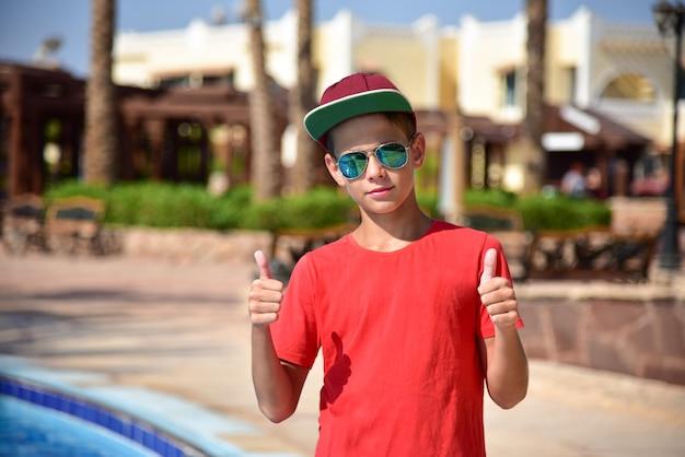 Teen zeigt klasse im sommer im urlaub