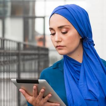 Teenager, der auf ihrem tablett schaut
