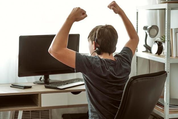 Teenager, der ein videospiel gewinnt