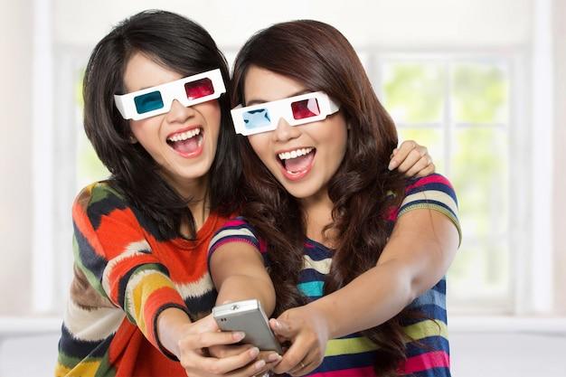 Teenager, der einen 3d-film mit retro-3d-brille sieht