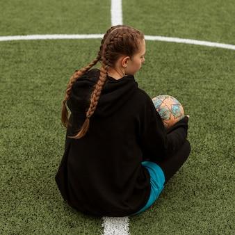 Teenager, der mit einem ball draußen aufwirft