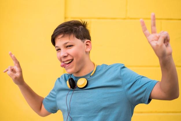 Teenager, der musik hört