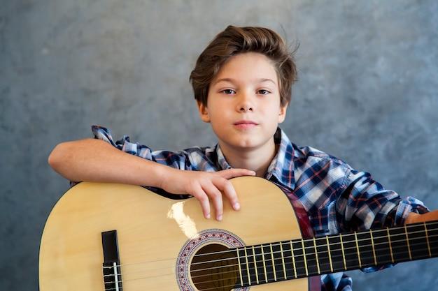 Teenager, der seine gitarre spielt