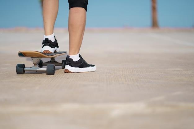 Teenager, der spaß mit skateboard hat
