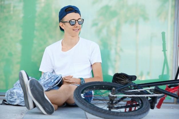 Teenager, der weißes t-shirt und mütze trägt