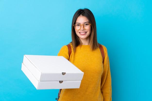 Teenager frau hält pizza