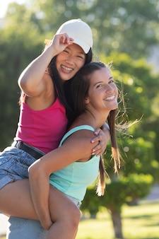 Teenager-freunde haben spaß im sommer