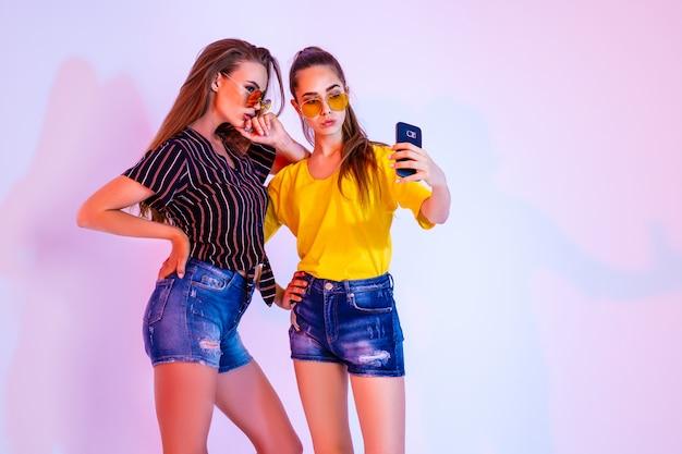 Teenager-freunde machen selfie