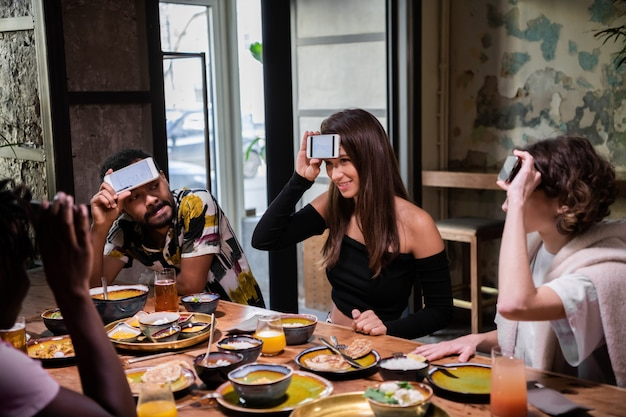 Teenager-freunde spielen ein wort-ratespiel auf der dinnerparty