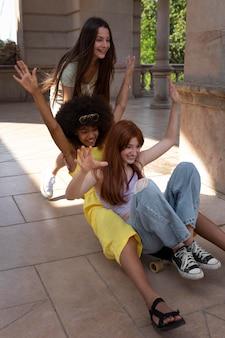 Teenager-freunde verbringen zeit miteinander