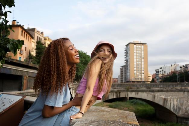 Teenager-freunde verbringen zeit zusammen im freien