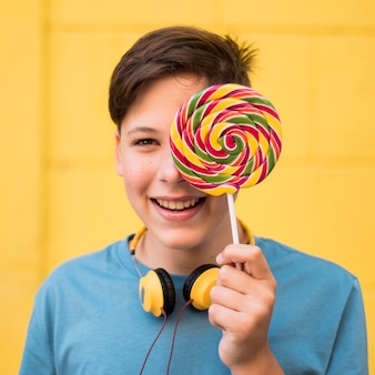 Teenager hält lolipop