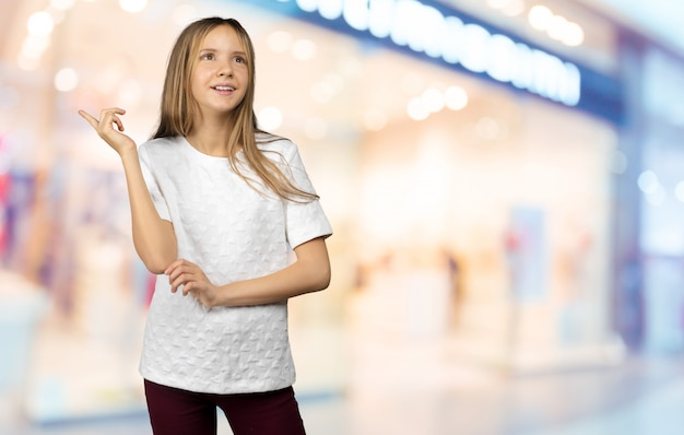 Teenager im weißen hemd, das mit ihrem finger zeigt