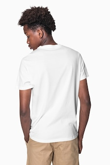 Teenager im weißen t-shirt, grundlegende jugendbekleidung, shooting