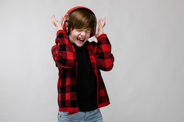 Teenager in der modernen clother und in den kopfhörern