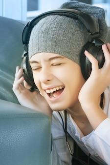 Teenager junge, der musik hört