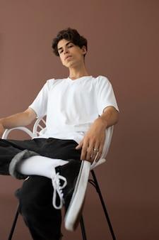 Teenager-junge in stilvoller kleidung posiert