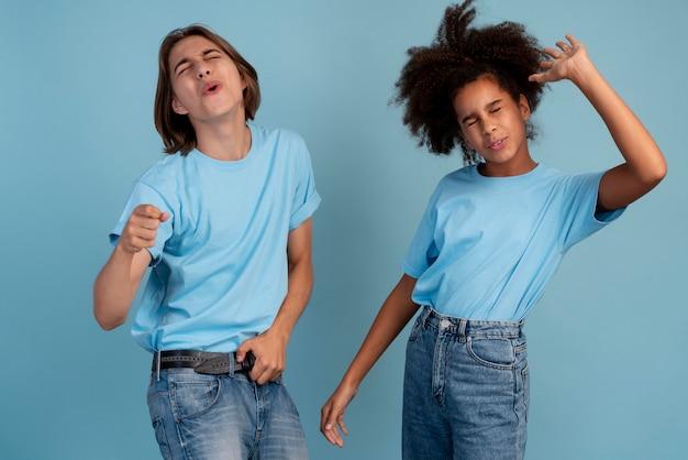 Teenager-junge und mädchen posieren zusammen