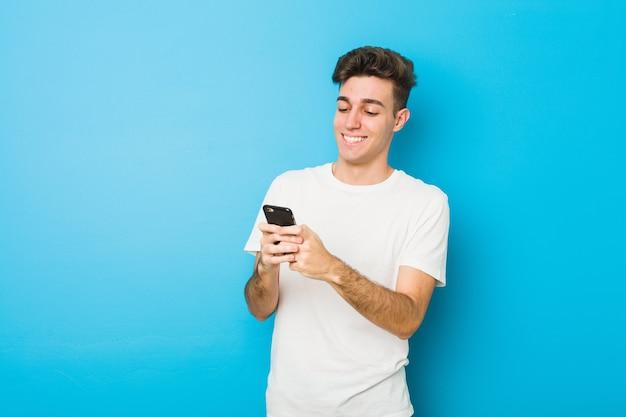 Teenager kaukasischer mann, der am telefon spricht