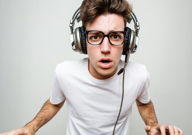 Teenager kaukasischer mann, der computerspiele spielt