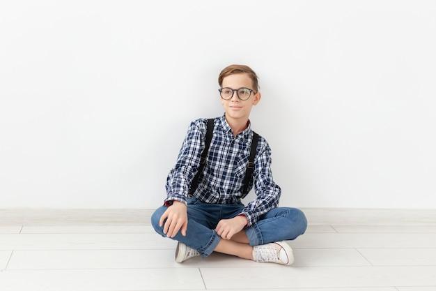 Teenager-, kinder- und familienkonzept - süßer teenager, der auf weißem hintergrund posiert