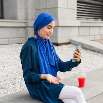 Teenager-mädchen, das auf ihrem telefon schaut