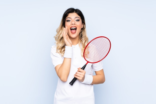 Teenager-mädchen, das badminton spielt