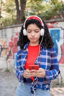 Teenager-mädchen, das musik hört