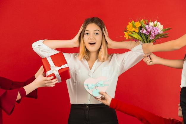 Teenager-mädchen, das viele geschenke erhält