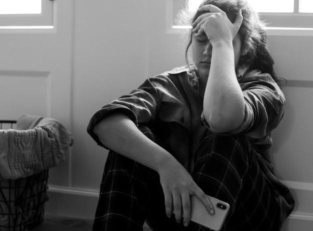 Teenager-mädchen durch soziale medien gemobbt