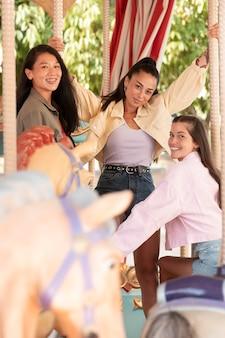 Teenager-mädchen haben spaß im sommer