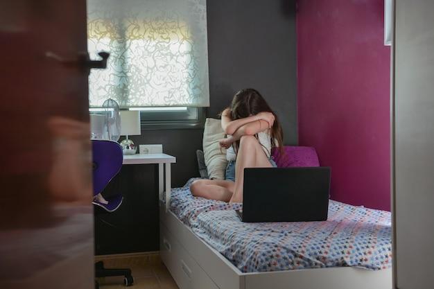 Teenager-mädchen hat keine freunde. schlafzimmer